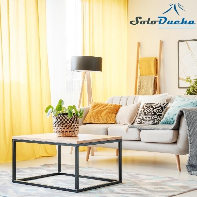 Salón luminoso decorado con cortinas amarillas