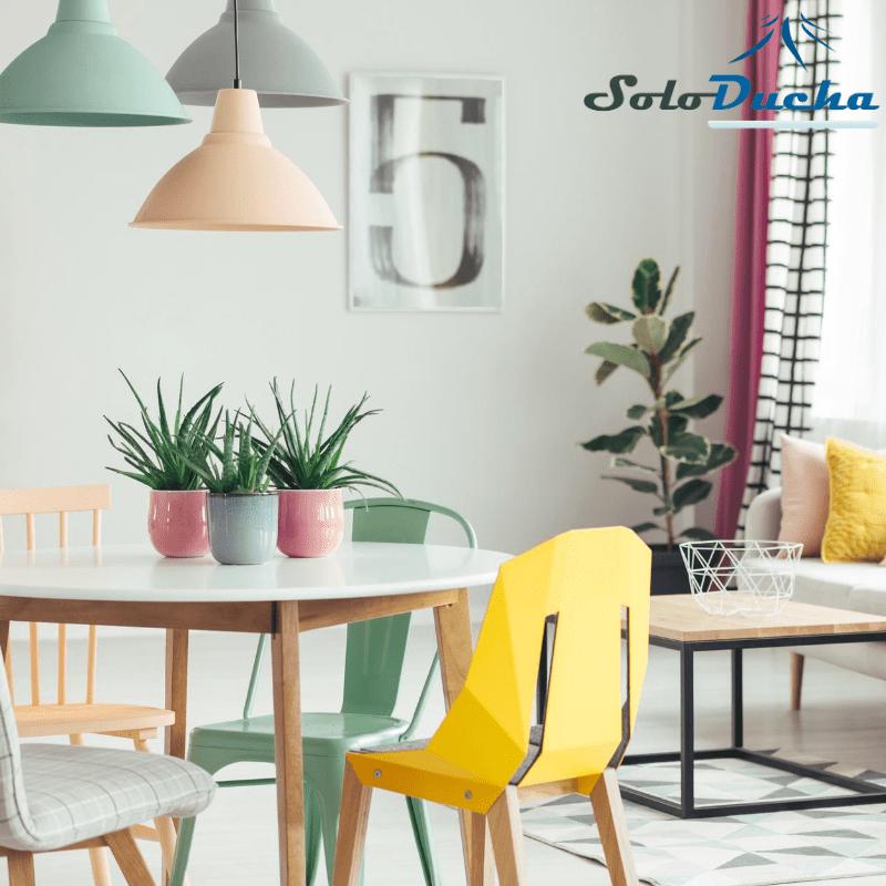 Salón comedor decorado con lámparas en colores pastel.