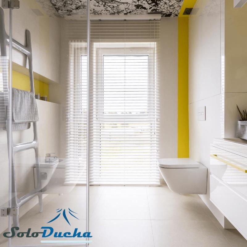Baño pequeño con detalles en amarillo