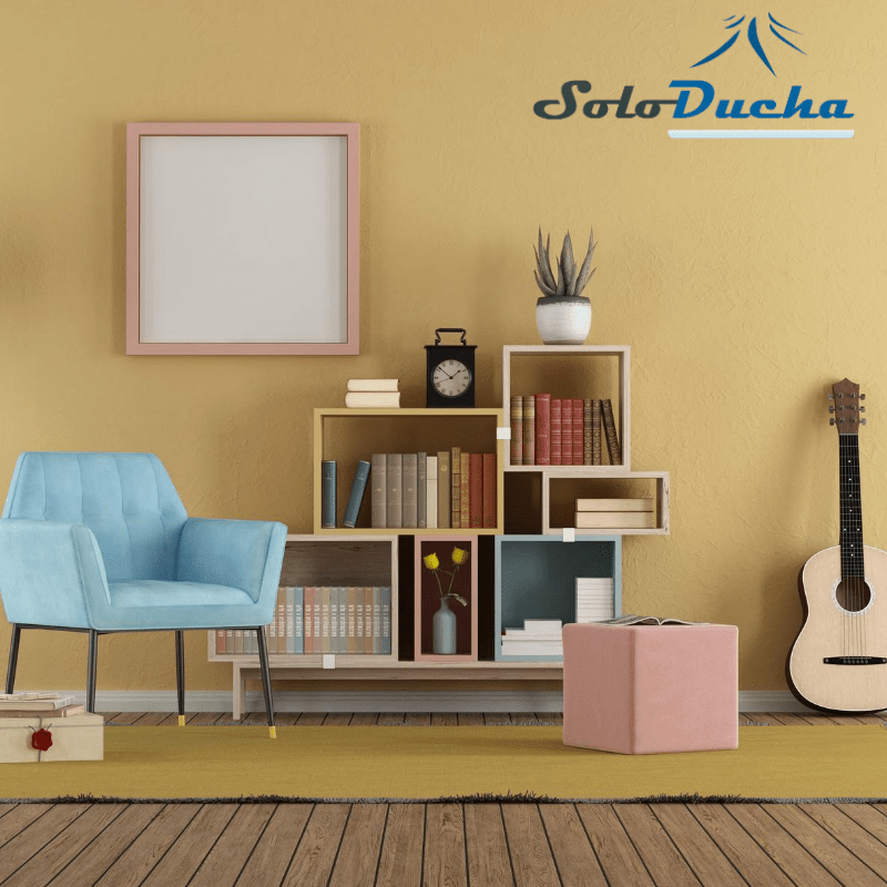 Salón con suelo de madera y pared en tono arena